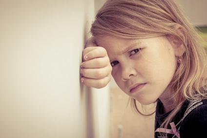 Portrait d'une petite fille Lyonnaise triste et isolée