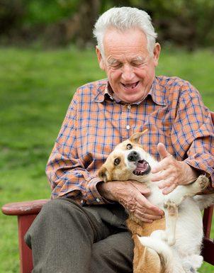 Thérapie à médiation animale avec une personne âgée